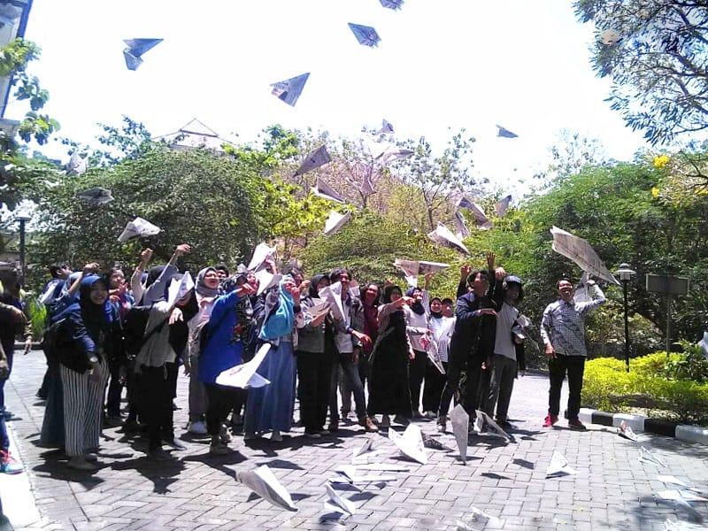https: img.okeinfo.net content 2019 09 13 65 2104442 beri-penghormatan-terakhir-bj-habibie-mahasiswa-isi-terbangkan-pesawat-kertas-pBsFTS3sSQ.jpg