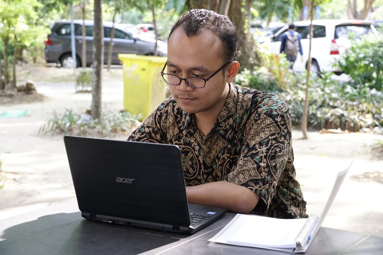 https: img.okeinfo.net content 2019 09 13 65 2104483 fachruddin-ari-jadi-wisudawan-termuda-its-di-usia-19-tahun-viUXPLZymQ.jpeg