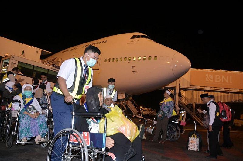 https: img.okeinfo.net content 2019 09 15 340 2105084 kabut-asap-tebal-bikin-jamaah-haji-asal-kalbar-mendarat-bandara-soetta-oeqxNK9jGp.jpg