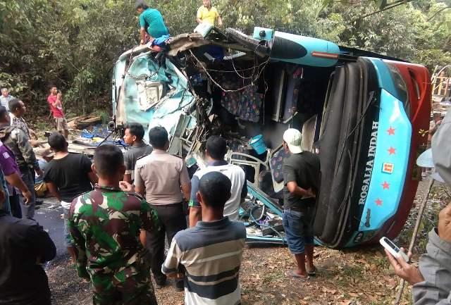 https: img.okeinfo.net content 2019 09 16 340 2105641 bus-tabrak-truk-tangki-di-lampung-9-orang-tewas-mengenaskan-t7pJjYBb69.jpg