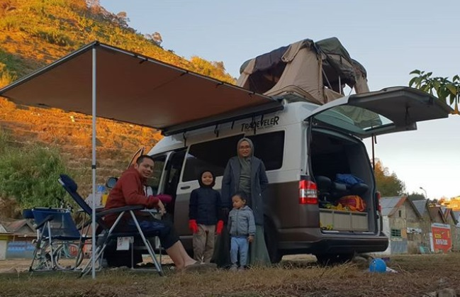 https: img.okeinfo.net content 2019 09 16 406 2105639 kisah-donny-kris-traveling-keliling-indonesia-bersama-keluarga-dengan-campervan-YpVhJenHxh.jpg