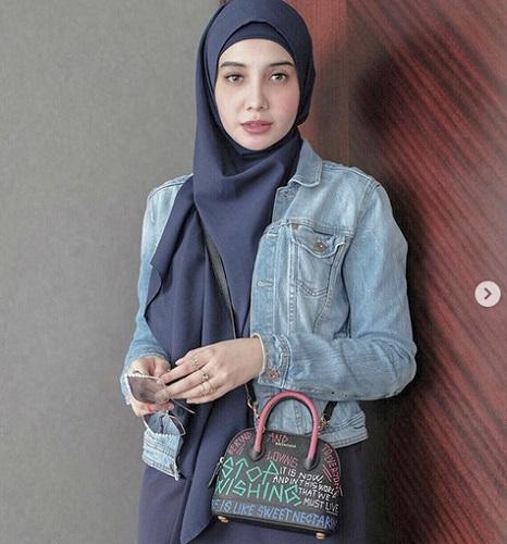 https: img.okeinfo.net content 2019 09 16 617 2105378 padu-padan-jeans-ala-4-hijabers-ternama-ini-bikin-kamu-tampil-stylish-rtKwl2XF1O.jpg