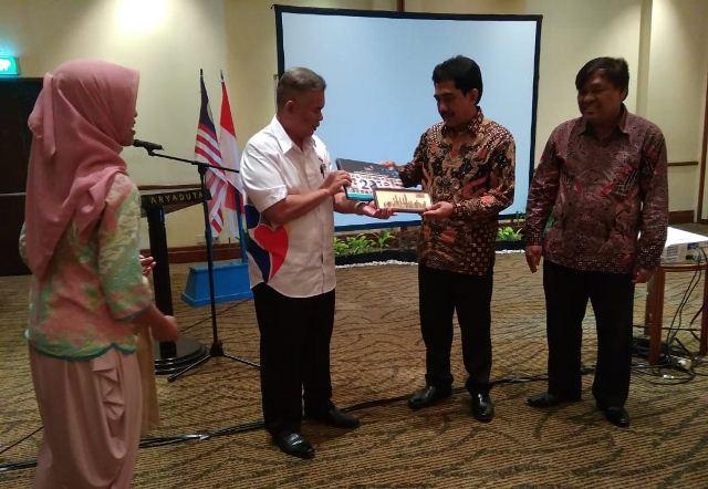 https: img.okeinfo.net content 2019 09 19 337 2106838 indonesia-malaysia-perkuat-kerja-sama-bidang-komunikasi-dan-informasi-jPred2Rskv.jpg