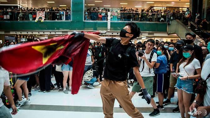https: img.okeinfo.net content 2019 09 23 18 2108064 demonstran-hong-kong-injak-injak-bendera-china-rusak-mal-dan-stasiun-XPa5wdMEHq.jpg