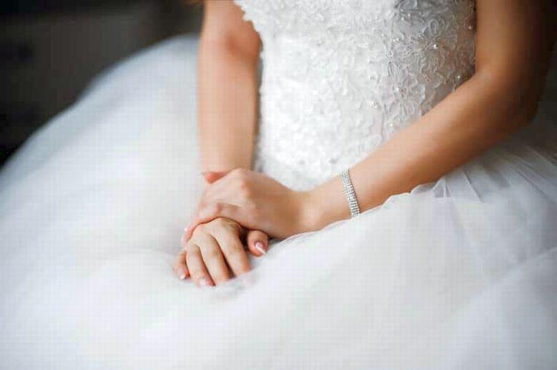 https: img.okeinfo.net content 2019 09 23 194 2108165 viral-gaun-pengantin-pakai-bunga-matahari-norak-atau-cantik-cjnau4e0i1.jpg