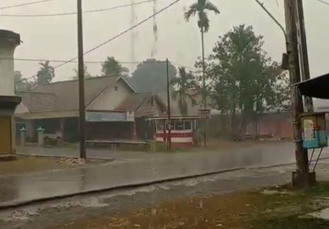 https: img.okeinfo.net content 2019 09 23 337 2108445 jambi-akhirnya-diguyur-hujan-setelah-dikepung-kabut-asap-FmU9UvL11H.JPG