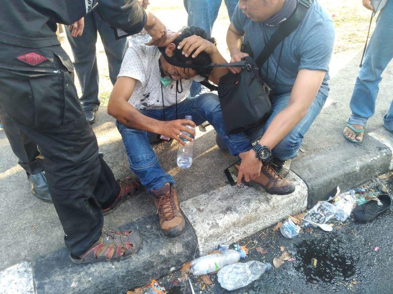 https: img.okeinfo.net content 2019 09 24 337 2108887 3-jurnalis-jadi-korban-kekerasan-aparat-saat-liput-demo-di-makassar-2UAMJ3nVLG.jpg