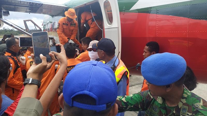 https: img.okeinfo.net content 2019 09 25 337 2109123 4-jenazah-korban-jatuhnya-pesawat-twin-otter-di-papua-berhasil-dievakuasi-wbk6jUv2jS.jpg