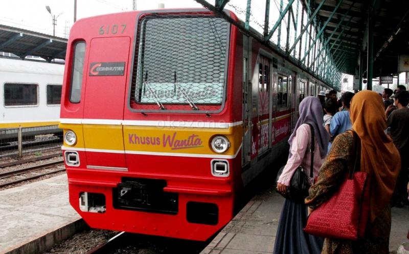 Pasalnya, pintu kereta tidak dapat menutup lantaran terhalang oleh para penumpang tersebut.