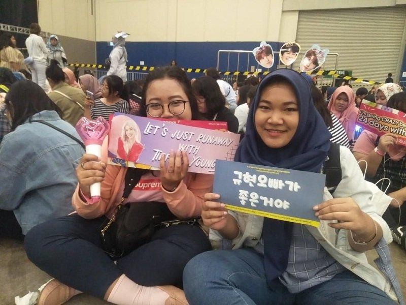 https: img.okeinfo.net content 2019 09 28 205 2110520 penonton-keluhkan-molornya-jadwal-acara-super-k-pop-festival-indonesia-2019-IdDRXLYLcY.jpeg