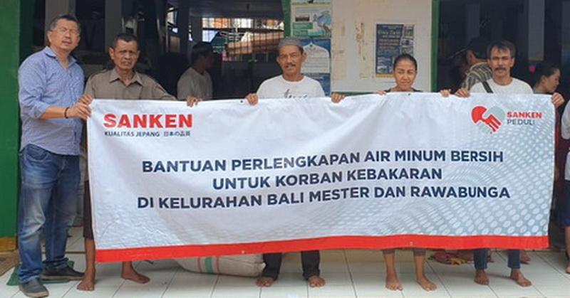 https: img.okeinfo.net content 2019 09 29 207 2110769 sanken-dan-danone-aqua-beri-bantuan-perlengkapan-air-minum-untuk-korban-kebakaran-bali-mester-dan-rawabunga-wFFvFTy767.jpg