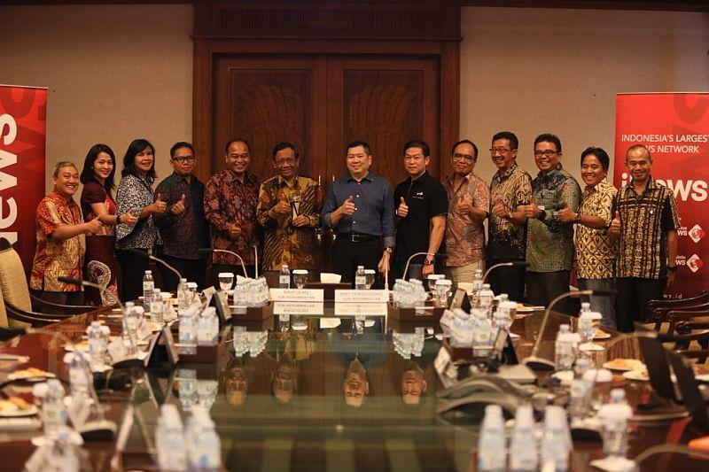 https: img.okeinfo.net content 2019 09 30 337 2111242 indonesia-awards-2019-apresiasi-konsistensi-bangun-negeri-mahfud-md-jadi-juri-kehormatan-2U4YaO6MV5.jpg