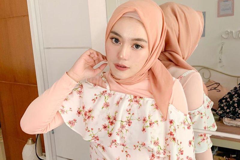 https: img.okeinfo.net content 2019 10 01 617 2111340 cantiknya-irlita-almaira-dengan-paduan-hijab-warna-pastel-AjJ2dRV5K8.jpg