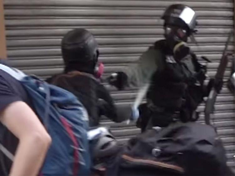 https: img.okeinfo.net content 2019 10 02 18 2111805 momen-demonstran-hong-kong-ditembak-polisi-dari-jarak-dekat-terekam-kamera-kKUzOcrWGH.jpg