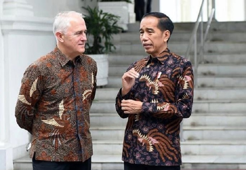 https: img.okeinfo.net content 2019 10 02 194 2112152 kenakan-batik-jokowi-sebut-malcolm-turnbull-mirip-pria-solo-OwTpPwKTwv.jpg