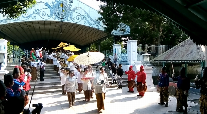 https: img.okeinfo.net content 2019 10 02 512 2111752 5-000-warga-tumpah-ruah-hadiri-haul-sultan-agung-di-keraton-surakarta-H65navEob0.jpg