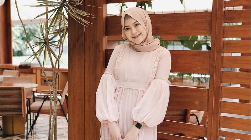 https: img.okeinfo.net content 2019 10 02 617 2112132 tampil-feminin-dengan-ootd-hijab-ala-selebgram-sari-endah-pratiwi-UcKSPXqG4N.jpg