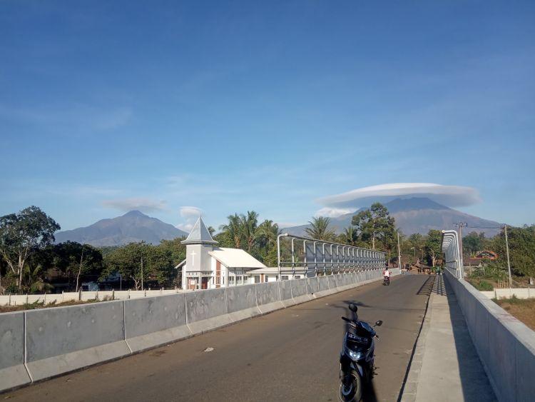 https: imPasalnya bukan hanya Gunung Merbabu, beberapa gunung lainnya pun tiba-tiba memiliki caping selama 2019.g.okeinfo.net content 2019 10 03 406 2112448 heboh-awan-bentuk-caping-di-gunung-merbabu-fenomena-apa-ini-HqszdHT6oe.jpg