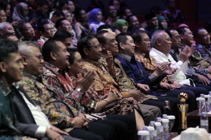 https: img.okeinfo.net content 2019 10 04 337 2112709 menlu-hingga-wapres-raih-indonesia-awards-2019-hary-tanoe-bentuk-rasa-bangga-atas-prestasi-dan-dedikasi-KlksiFaucJ.jpg