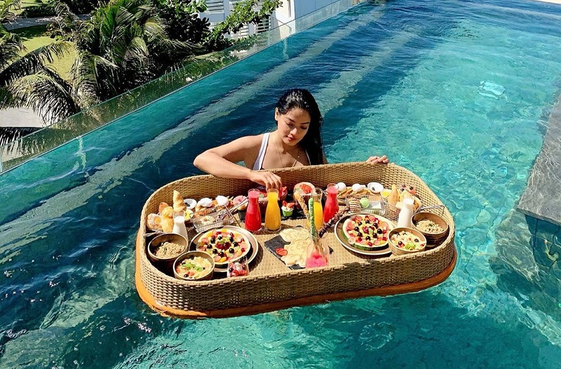 https: img.okeinfo.net content 2019 10 04 406 2112892 intip-5-artis-berbikini-sambil-nikmati-sensasi-floating-breakfast-PPV4Gp9Gxb.jpg