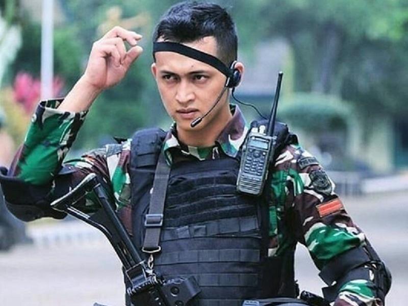 https: img.okeinfo.net content 2019 10 05 194 2113260 hut-ke-74-tni-ini-5-tentara-ganteng-yang-bikin-cewek-klepek-klepek-lxlRkhE7x9.jpg