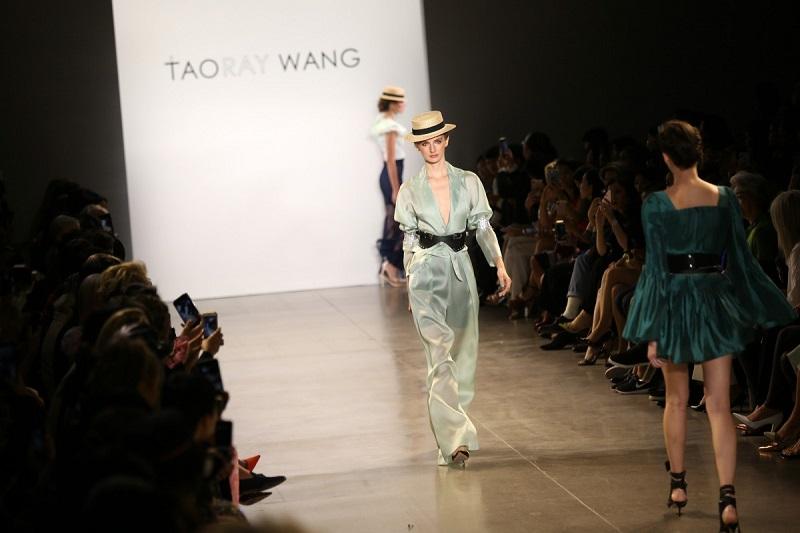 https: img.okeinfo.net content 2019 10 05 194 2113319 tampil-di-new-york-fashion-week-fashion-china-jadi-trendsetter-mode-dunia-Fz2ayoHNeu.jpg