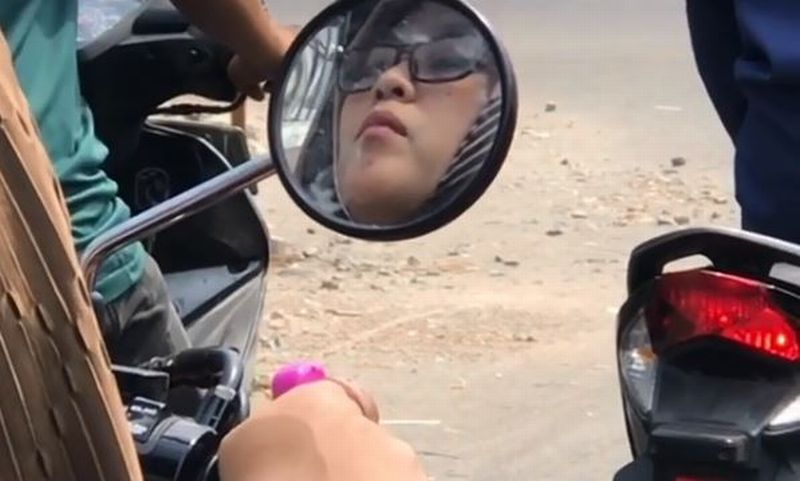 https: img.okeinfo.net content 2019 10 05 614 2113252 viral-wanita-cantik-berzikir-sambil-mengendarai-motor-edakoYIV0Z.jpg