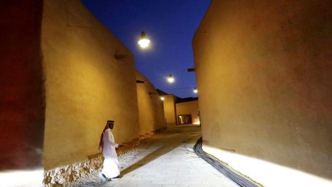 https: img.okeinfo.net content 2019 10 06 18 2113471 pasangan-turis-asing-belum-menikah-kini-diperbolehkan-sewa-hotel-di-arab-saudi-VaGNt9gni5.jpg