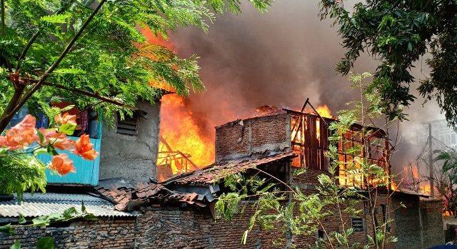 https: img.okeinfo.net content 2019 10 06 338 2113523 kebakaran-di-taman-sari-18-rumah-dilalap-api-dan-200-orang-dievakuasi-64ufOe9xh9.jpg
