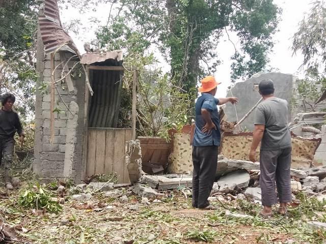 https: img.okeinfo.net content 2019 10 06 609 2113582 rumahnya-tertimpa-pohon-tumbang-janda-ini-alami-luka-parah-CHbv2B890O.jpg