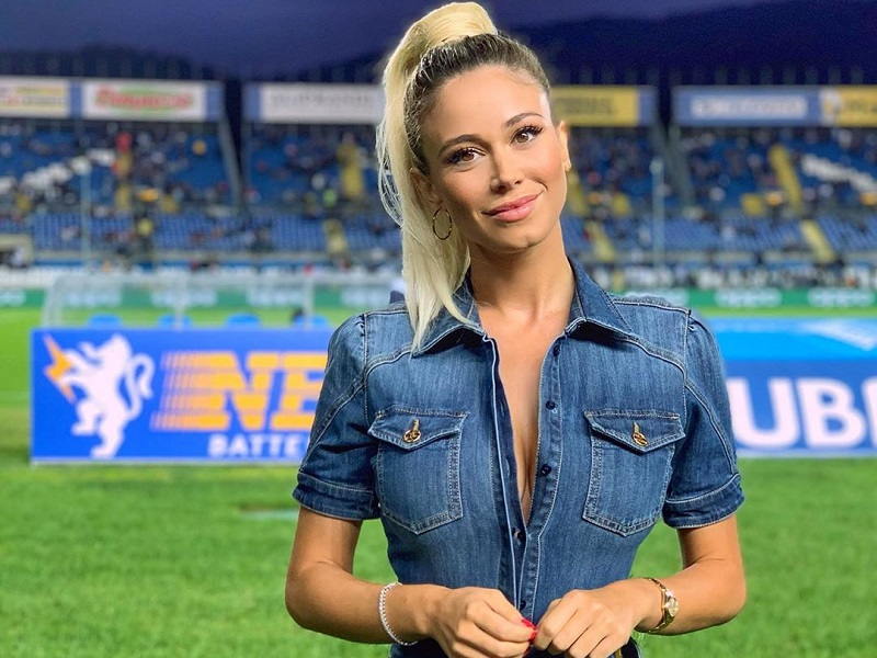 https: img.okeinfo.net content 2019 10 07 194 2113853 presenter-cantik-ini-disuruh-lepas-baju-di-stadion-intip-potret-seksinya-Yb7FVnnBRp.jpg