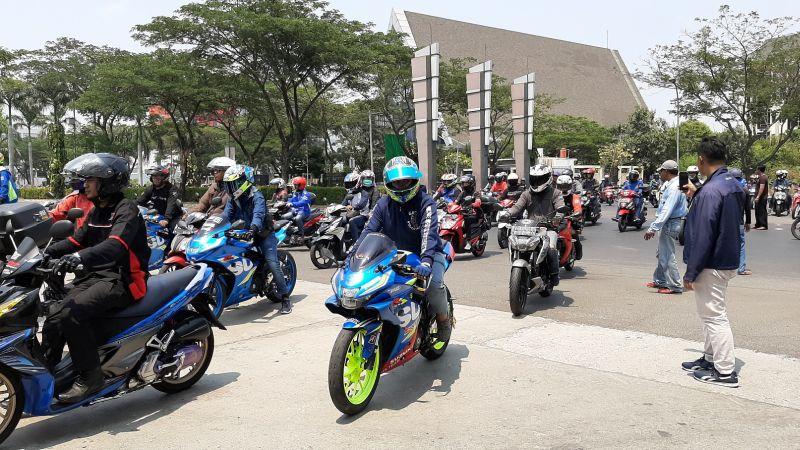 https: img.okeinfo.net content 2019 10 07 199 2114072 gaya-baru-sunmori-ala-suzuki-bersama-ratusan-bikers-yCNIOo5Ry4.jpg