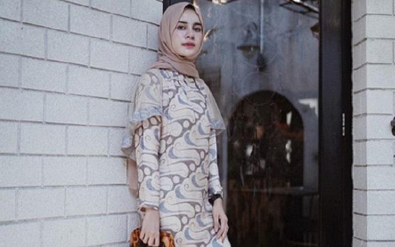 https: img.okeinfo.net content 2019 10 07 617 2113845 4-gaya-hijab-batik-yang-bikin-kamu-makin-kece-KrdPQTjjcW.jpg