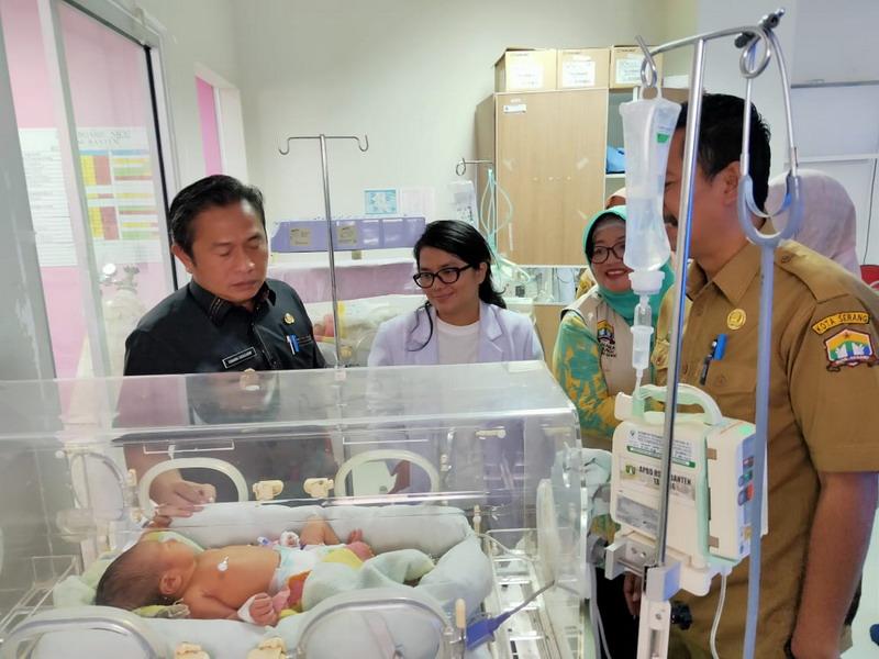 https: img.okeinfo.net content 2019 10 08 340 2114333 70-warga-berebut-adopsi-bayi-yang-dibuang-di-tempat-sampah-JlCSlTd8vh.jpg