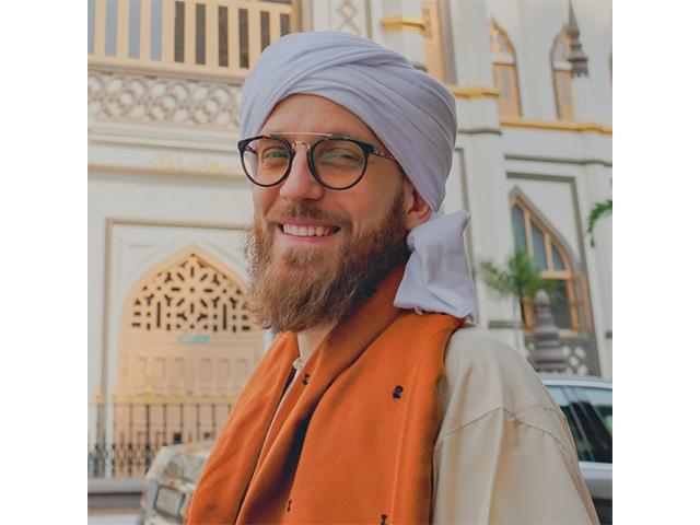 https: img.okeinfo.net content 2019 10 09 18 2114962 syekh-mus-ab-penfound-pria-inggris-yang-masuk-islam-karena-melihat-perilaku-muslim-53fIVUKyko.jpg