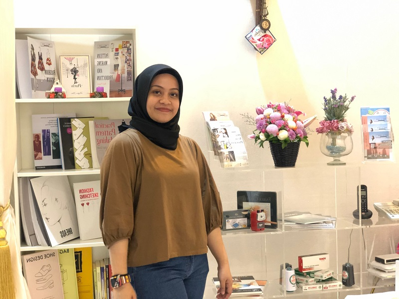 https: img.okeinfo.net content 2019 10 10 194 2115296 cerita-desainer-muda-indonesia-tampil-di-paris-fashion-week-2019-bawa-batik-zero-waste-Yk1OfcY76n.jpeg