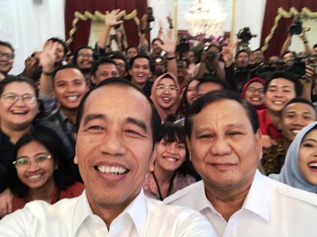 https: img.okeinfo.net content 2019 10 11 337 2115888 ketika-jokowi-prabowo-dan-wartawan-selfie-di-istana-GNU3ETiP4k.jpg