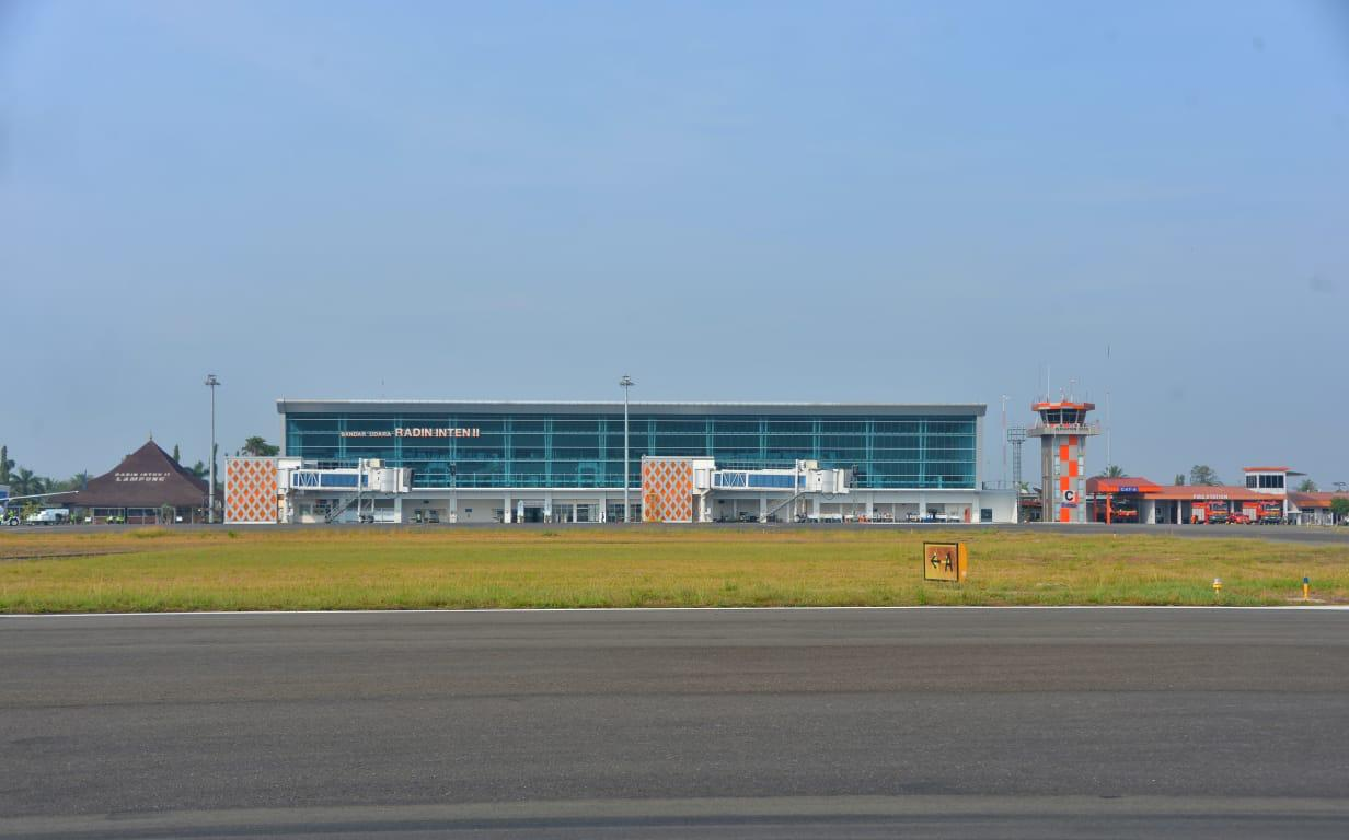 https: img.okeinfo.net content 2019 10 12 320 2116104 bandara-radin-inten-ii-bakal-dikembangkan-untuk-penerbangan-haji-dan-umroh-wriAevXzTN.jpeg