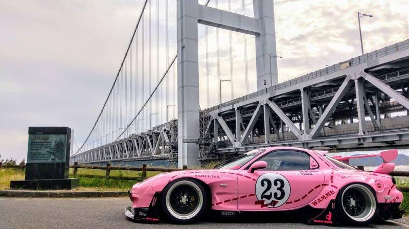 https: img.okeinfo.net content 2019 10 15 312 2117197 modifikasi-mazda-rx-7-berkelir-pink-terinspirasi-dari-porsche-917k-KAN6VnMzCG.jpg
