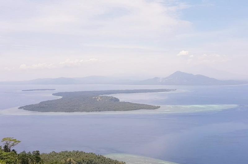 https: img.okeinfo.net content 2019 10 15 406 2117229 yuk-mendaki-pulau-manado-tua-nikmati-cantiknya-bunaken-dari-ketinggian-UYjnFhV21b.jpg