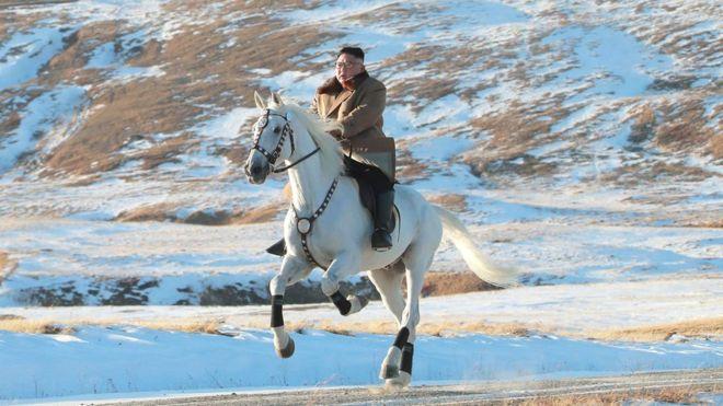 https: img.okeinfo.net content 2019 10 16 18 2117618 tunggangi-kuda-putih-kim-jong-un-kembali-daki-gunung-tertinggi-korea-utara-sKziwINpVp.jpg