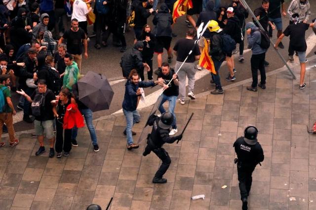 https: img.okeinfo.net content 2019 10 16 18 2117690 pemimpin-catalunya-ditangkap-pedemo-serbu-kantor-pemerintah-di-barcelona-US1DbEzLiK.jpg