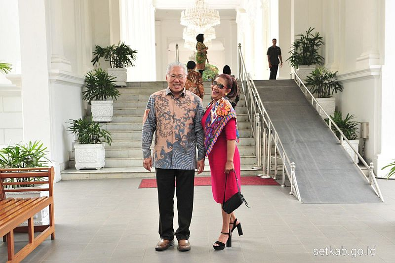 https: img.okeinfo.net content 2019 10 18 320 2118697 menteri-susi-gunakan-sackdress-pink-foto-bareng-mendag-di-istana-Rt8DxKp73i.jpg