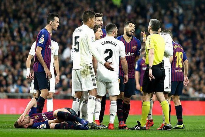 https: img.okeinfo.net content 2019 10 18 46 2118605 laga-barcelona-vs-madrid-ditunda-figo-politik-tak-boleh-dicampur-dengan-sepakbola-X5j7RmuRhL.jpg
