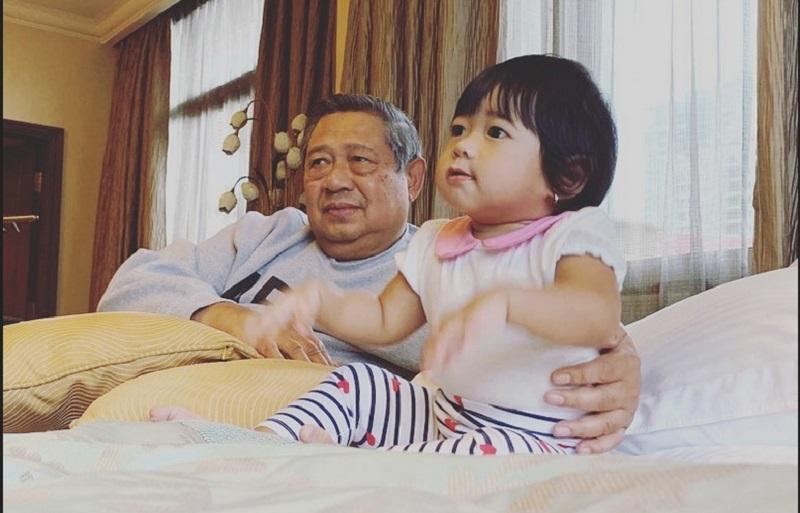 https: img.okeinfo.net content 2019 10 20 196 2119420 tak-kalah-dengan-jan-ethes-ini-potret-menggemaskan-cucu-sby-gayatri-yudhoyono-vljvQg2tOh.jpg