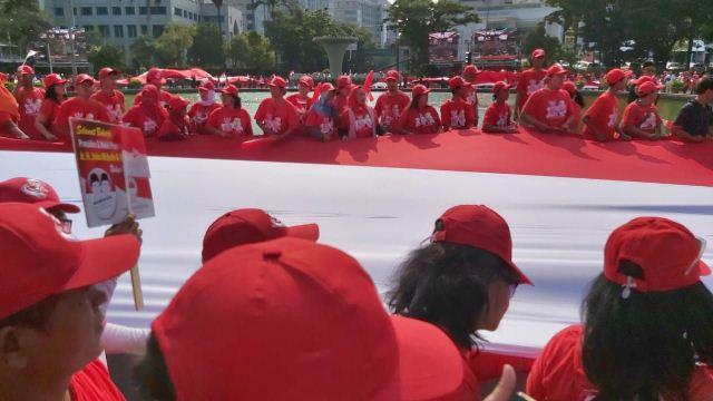 https: img.okeinfo.net content 2019 10 20 337 2119428 rayakan-pelantikan-jokowi-bendera-merah-putih-raksasa-dibentangkan-di-depan-istana-U0oQP7FzIv.jpg