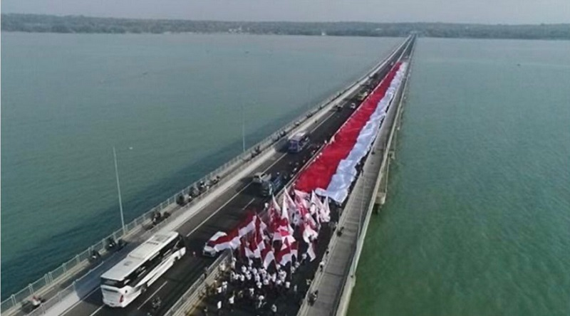 https: img.okeinfo.net content 2019 10 20 612 2119430 pelantikan-jokowi-ma-ruf-diwarnai-pengibaran-bendera-merah-putih-1-000-meter-4I5hxdpcGw.jpg
