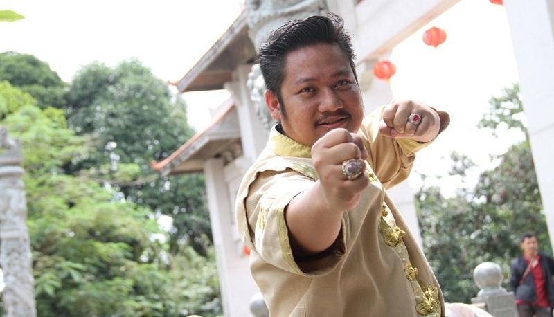 https: img.okeinfo.net content 2019 10 21 206 2119926 ki-kusumo-gabungkan-aktor-indonesia-dan-mandarin-di-film-lo-ban-teng-0GV0z9I8GI.jpeg