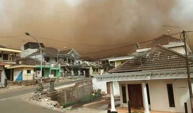 https: img.okeinfo.net content 2019 10 21 337 2119485 angin-kencang-di-kota-batu-sebabkan-1-orang-meninggal-dan-1-216-mengungsi-m27BuRINdW.jpg