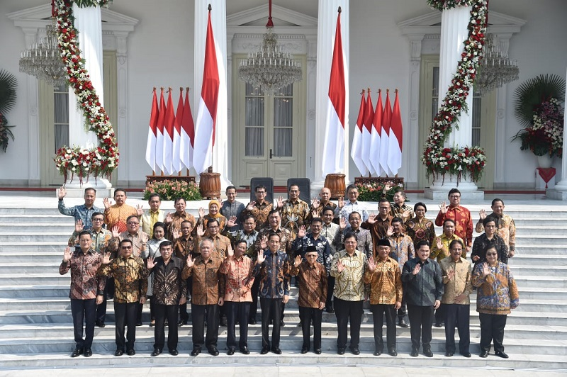 https: img.okeinfo.net content 2019 10 23 194 2120704 berbusana-batik-ini-5-penampilan-menteri-perempuan-pilihan-jokowi-x77pfAJus6.jpg